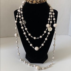 Iconic long pearl necklace with blk/white flowers